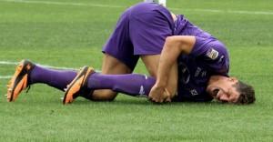 15set2013---atacante-da-fiorentina-mario-gomez-sente-lesao-no-joelho-na-partida-contra-o-cagliari-pelo-campeonato-italiano-1379265016224_1024x531